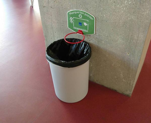 Thùng rác bóng rổ dành cho những ai nghiện bóng rổ và có sở thích ném rác trúng & thùng.