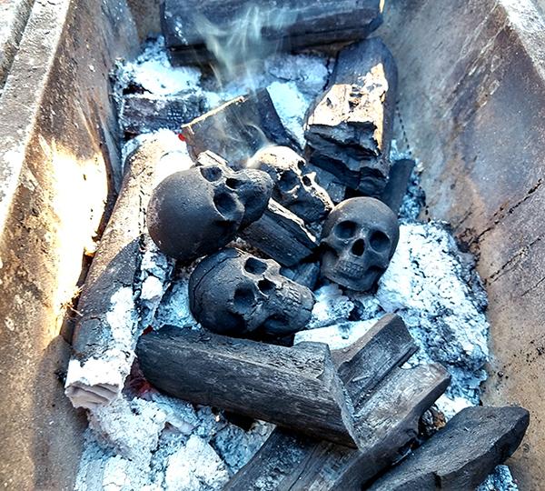 Bạn có dám nướng thịt từ than & sọ người?
