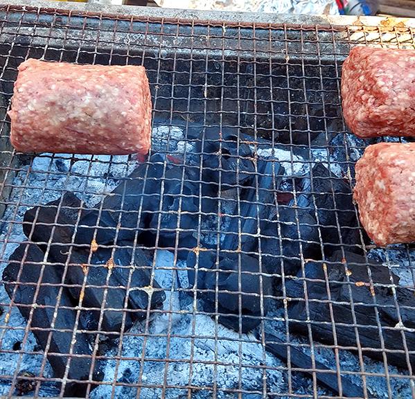 Bạn có dám nướng thịt từ than & sọ người? - 1