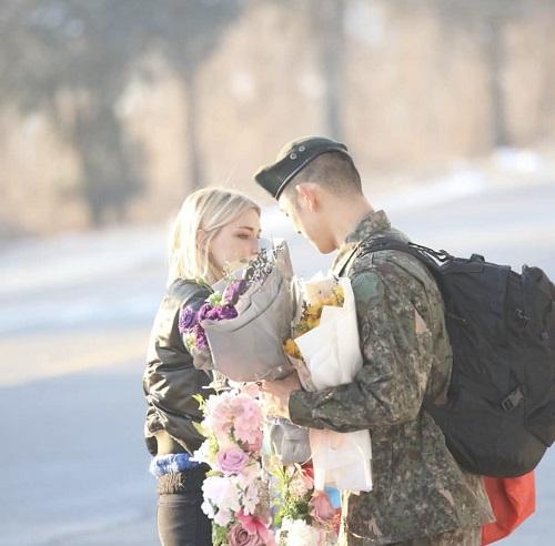 Stefanie tặng hoa cho bạn trai khi anh vừa xuất ngũ.