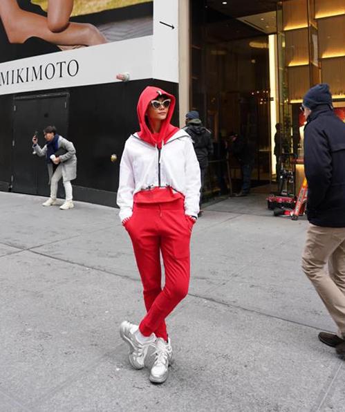 HHen Niê khiến người hâm mộ thích thú khi khoe street style cool ngầu trên đường phố