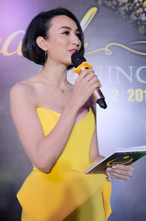 Hoa hậu Du lịch Ngọc Diễm gợi cảm với váy vàng chanh cup ngực. Người đẹpđược giao đảm nhận vai trò MC của sự kiện.