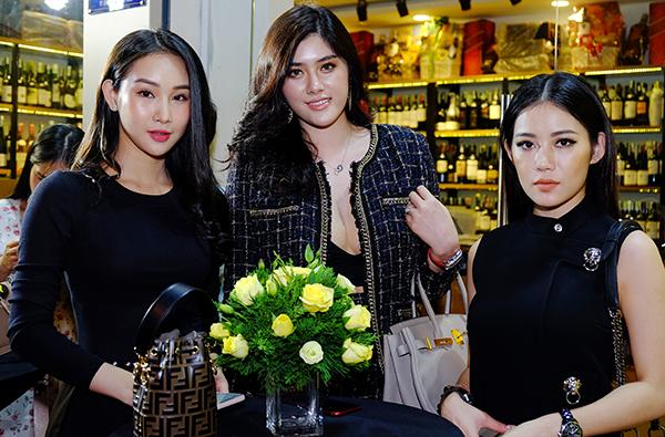 Hot girl Milan Phạm (ngoài cùng bên phải) và Hoa hậu châu Á Huỳnh Tiên (giữa).