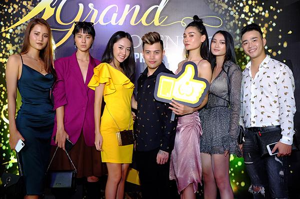 Cuối tuần, dàn người mẫu bước ra từ cuộc thi VietNam Nexts Top Model như Thùy Trang, Hương Ly, Đỗ Hà... cùng góp mặt tại một sự kiện khai trương cơ sở một học viện thẩm mỹ quốc tế tại TP HCM. Các người đẹp ăn diện mỗi người một phong cách cùng so kè vóc dáng.