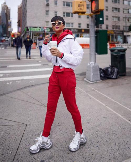 Điểm nhấn trên set đồ là đôi sneakers Louis Vuitton Archlight màu trắng - bạc. Đây là đôi giày hàng hiệu hiếm hoi mà HHen Niê sở hữu trong tủ đồ. Để rước về món đồ đúng mốt này, người đẹp đã phải chi khoảng 25 triệu đồng.