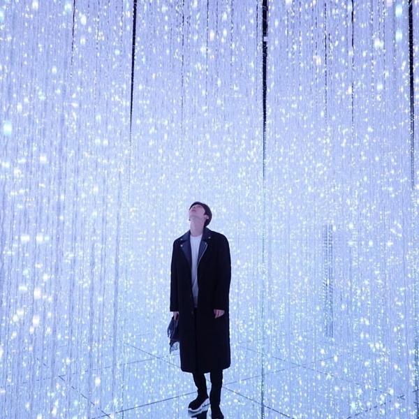 Hwang Min Hyun có bức ảnh ảo diệu như đứng giữa dải ngân hà trong chuyến đi triển lãm nghệ thuật.
