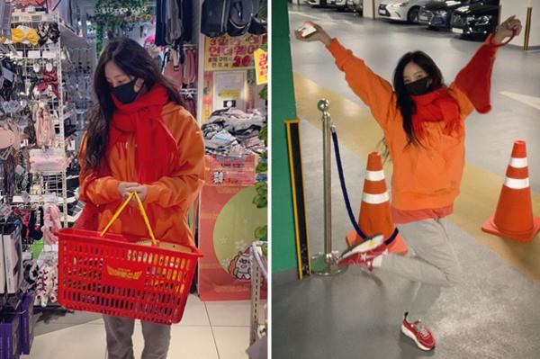 Hyo Min bịt khẩu trang giản dị đi shopping, nhí nhố tạo dáng đầy phấn khích.