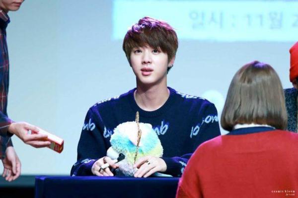 Jin là cái tên không thể thiếu trong danh sách sao nam có bờ vai Thái Bình Dương. Anh cả của BTS nổi tiếng với đôi vai rộng 60cm.