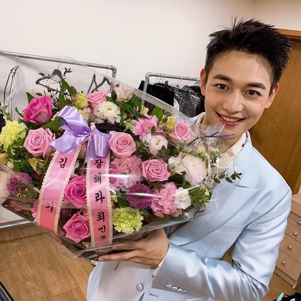 Min Ho cười rạng rỡ khi nhận được lẵng hoa Key gửi tặng.