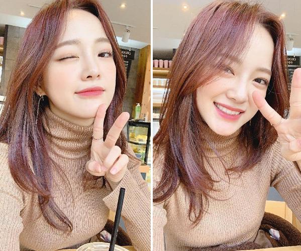 Kim Se Jeong (Gugudan) nhuộm tóc tím chụp tự sướng xinh đẹp.