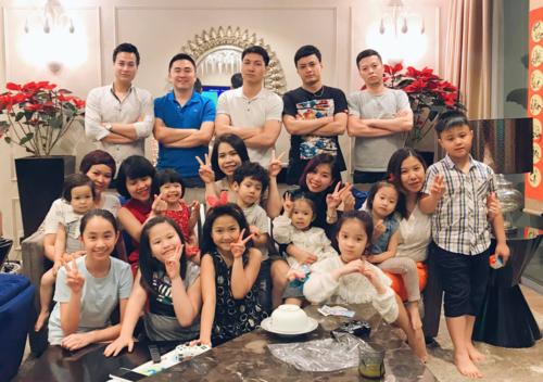 Đại gia đình diễn viên Mạnh Trường hội ngộ dịp Tết Nguyên Đán Kỷ Hợi 2019 trong căn hộ sang trọng ở trung tâm Hà Nội có giá trị khoảng 7 tỷ đồng.