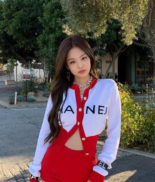 Đồ diễn của Jennie cũng ngập tràn những item thời thượng đến từ Chanel.