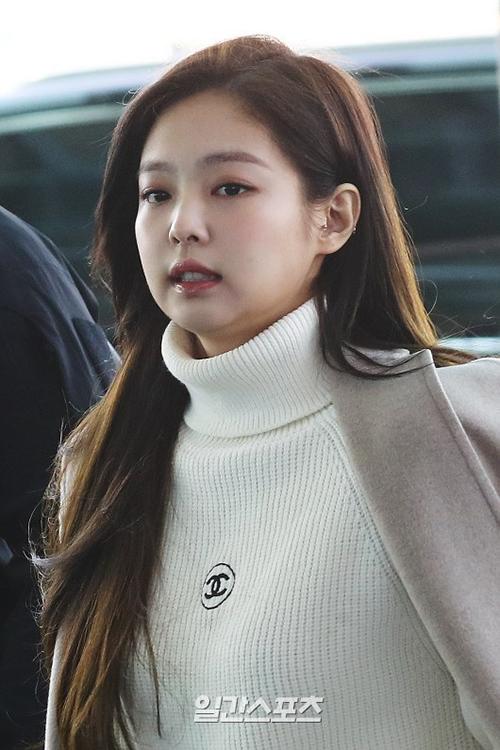 Là đại sứ truyền thông của Chanel, Jennie rất tích cực diện đồ lăng xê cho hãng. Phong cách vừa cá tính vừa ngọt ngào của cô nàng cũng rất phù hợp với nhà mốt này.