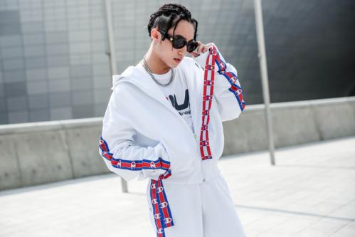 Kiểu tóc tết freestyle braids mà Sơn Tùng lựa chọn để xuất hiện trong sự kiện Seoul Fashion Week bị khán giả đánh giá không mấy phù hợp. Họ cho rằng, mẫu tóc này chỉ phù hợp với dân hip hop hay rapper da màu. Còn khuôn mặt, lan da và dáng người của Sơn Tùng M-TP hoàn toàn không phù hợp với kiểu tóc này.