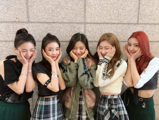 Trên sân khấu mới đây nhất của ITZY tại show âm nhạc Inkigayo, các cô gái JYP gây ấn tượng bởi những kỹ năng trình diễn ngày càng hoàn thiện. 5 thành viên cho thấy sự tự tin, biểu cảm lôi cuốn, không giống với một tân binh non nớt vừa debut.