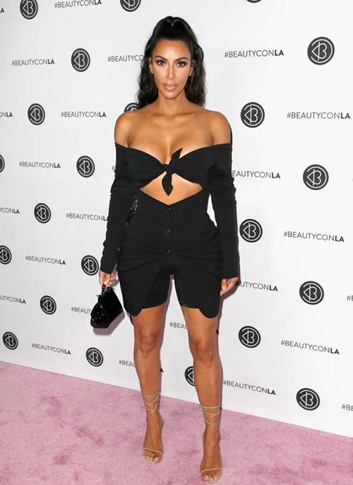Kim trông như ngộp thở với váy mặc như không giữa trời rét mướt - 5
