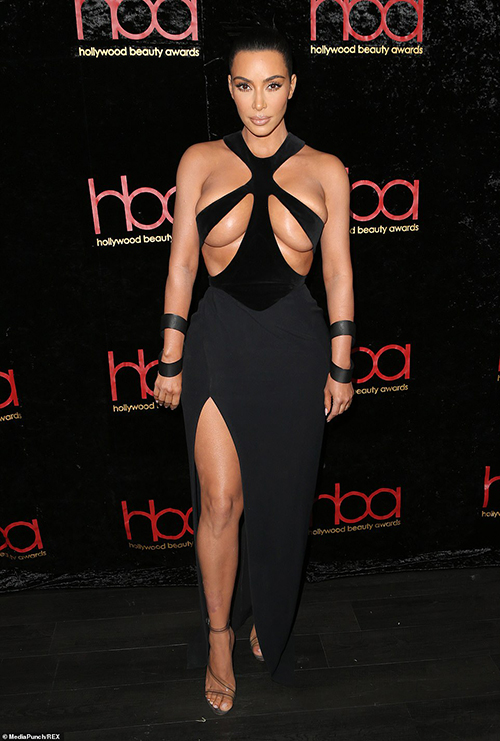 Đến dự một lễ trao giải ngày hôm qua (17/2), Kim Kardashian gây sốc với chiếc váy gần như phô bày toàn bộ vòng một. Thiết kế cắt xẻ táo bạo, chỉ có khả năng che chắn tối thiểu cho phần ngực đẫy đà của bà xã Kanye West.