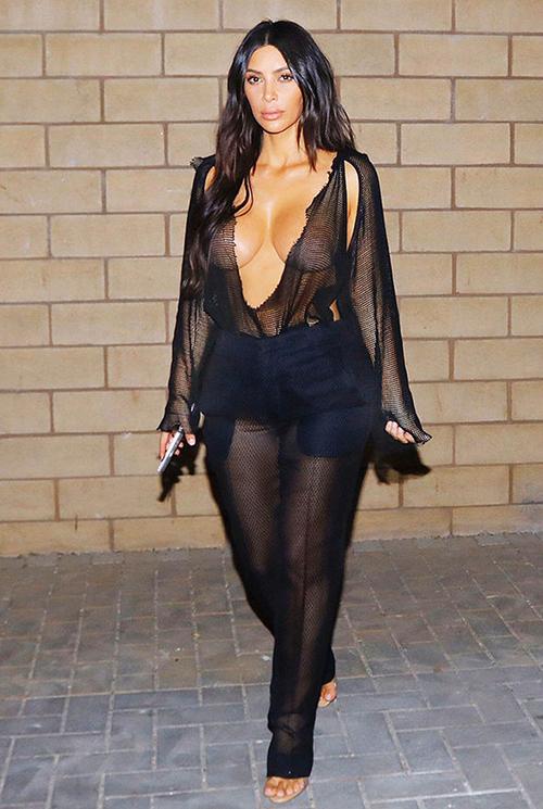 Dù gặp nhiều chỉ trích về phong cách ngày càng thảm họa, bà xã Kanye West vẫn rất tự tin với những trang phục khó hiểu.