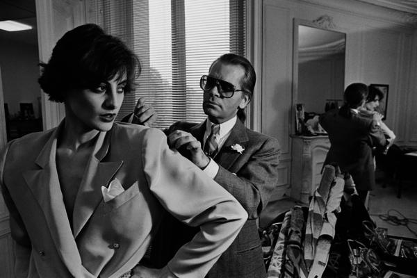 1. Ines De La FressangeGiám đốc sáng tạo thương hiệu Chanel - Karl Lagerfeld - qua đời hôm 19/2, hưởng thọ 85 tuổi. Trong suốt cuộc đời hoạt động thời trang, ông có đến hàng trăm nàng thơ là những diễn viên, người mẫu, biểu tượng thời trang đến từ khắp nơi trên thế giới. Ines De La Fressange là một trong những nàng thơ đời đầu của Karl.Nữ người mẫu Pháp sở hữu vẻ đẹp đài các, sang trọng. Ngoài công việc người mẫu, Ines còn là một NTK thời trang và nước hoa. Năm 1998, bà được vinh danh trong khán phòng danh vọng của giới mộ điệu với tư cách một trong những người mặc đẹp nhất thế giới.