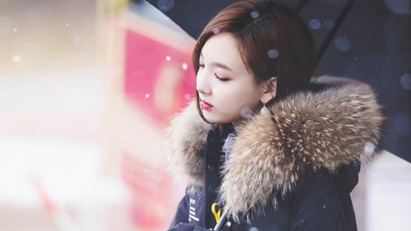 Na Yeon trầm tư trong khung cảnh mùa đông lãng mạn.