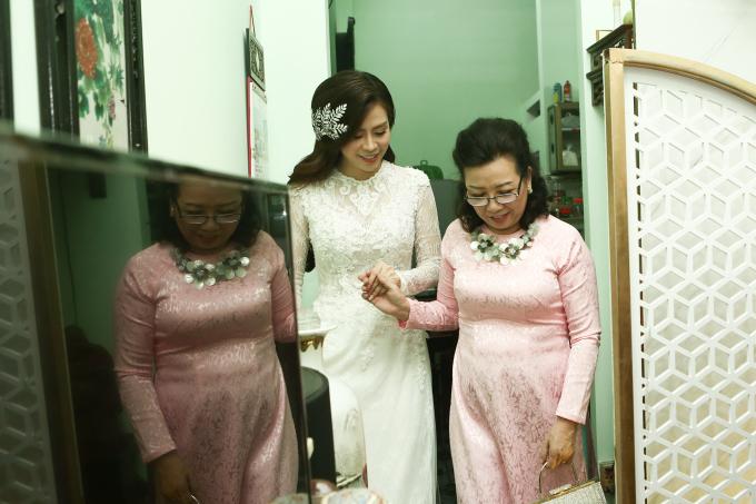 <p> Ngọc Ánh được mẹ dẫn từ phòng ra gặp chú rể để chuẩn bị làm lễ.</p>