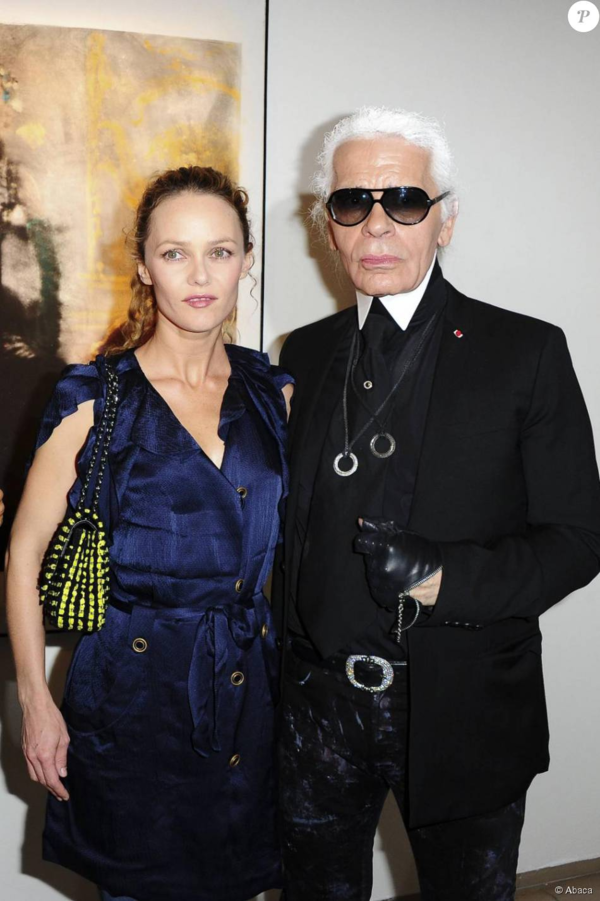 3. Vanessa ParadisNgười tình cũ của Johnny Depp mang vẻ đẹp Pháp khiến Karl Lagerfeld mến mộ và được tiếp thêm nhiều cảm hứng sáng tạo. Cuối thập niên 90, nữ ca sĩ kiêm người mẫu là gương mặt đại diện cho Chanel. Đến hiện tại, Lili-Rose Depp - con gái Venessa Paradis - tiếp tục nối tiếp mẹ, trở thành nàng thơ của NTK lừng danh. Lily là gương mặt quảng cáo cho nhiều dòng mỹ phẩm của Chanel.