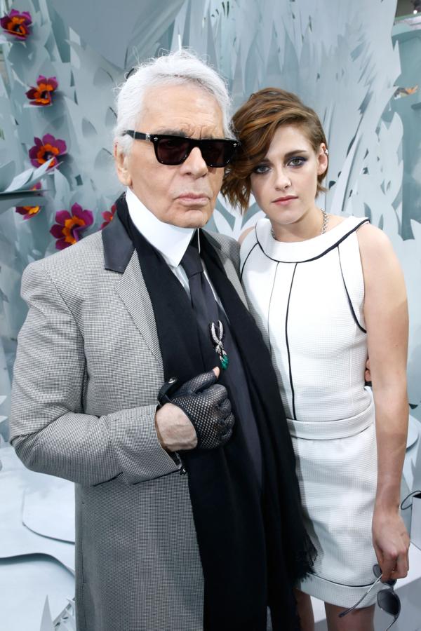 4. Kristen StewartStewart được Karl gọi là Mona Lisa của làng thời trang. Huyền thoại của Chanel để ý đến nữ diễn viên Twilight từ năm 2012. Sau hình tượng nàng Bella yếu đuối, theo thời gian, Stewart càng chứng minh bản thân là một trong những biểu tượng thời trang có phong cách táo bạo bậc nhất làng giải trí. Dám tự tin, thể hiện cá tính và thường xuyên lột xác dù ở bất kỳ phong cách nào, đó là điều Karl yêu thích ở ngôi sao song tính.