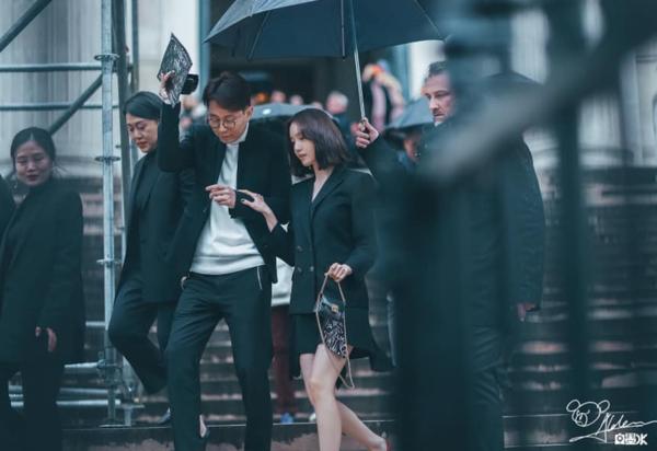... và Yoon Ah (SNSD) khicùng tham dự show Givenchy trong khuôn khổ Tuần lễ thời trang Paris hồi tháng 3/2018. Giây phút hai ngôi sao bước ra được ví như cặp nam nữ chính quyền lực trong bộ phim hiện đại.