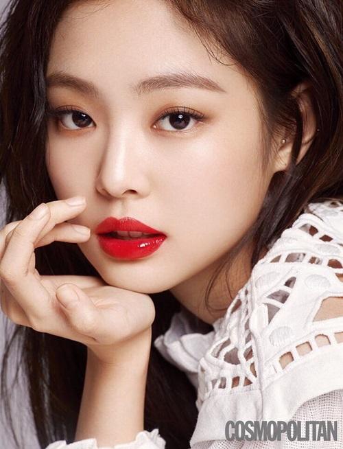 Bộ ảnh thực hiện với sự tài trợ của hãng mỹ phẩm Hera - thương hiệu Jennie vừa trở thành gương mặt đại diện. Nhiều fan nhận xét, Jennie - Song Hye Kyo đã thắng thế Sulli trong cuộc cạnh tranh danh hiệu nữ thần trang bìa số tháng 3.