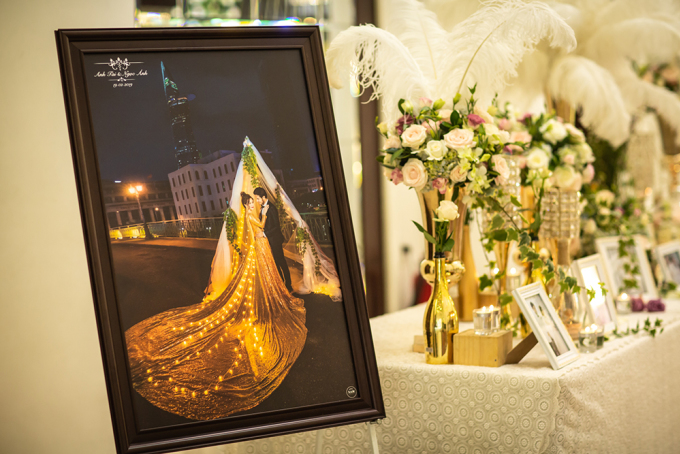 <p> Bàn trang trí đặt ngoài lối ra vào có nhiều khung hình cưới của cặp đôi. Hoa tươi và nến xen kẽ tạo nên khung cảnh lung linh.Trải qua nhiều khó khăn mới đến được bên nhau nên lần này, Vũ Ngọc Ánh - Anh Tài chịu đầu tư cho tiệc cưới.</p>