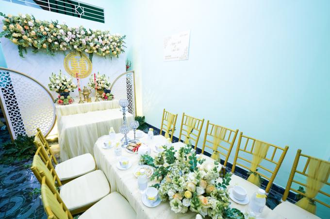 <p> Lễ rước dâu của cặp đôi diễn viên Vũ Ngọc Ánh - Anh Tài diễn ra tại tư gia của nhà gái ở quận Tân Bình, TP HCM. Từ sáng sớm, không khí ở nhà gái đã nhộn nhịp người qua lại. Nhà cô được trang trí đơn giản, lấy tông màu vàng làm chủ đạo.</p>
