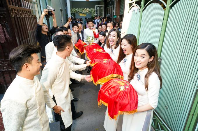 <p> Nhiều đồng nghiệp của cô dâu - chú rể góp mặt trong dàn bưng quả.</p>