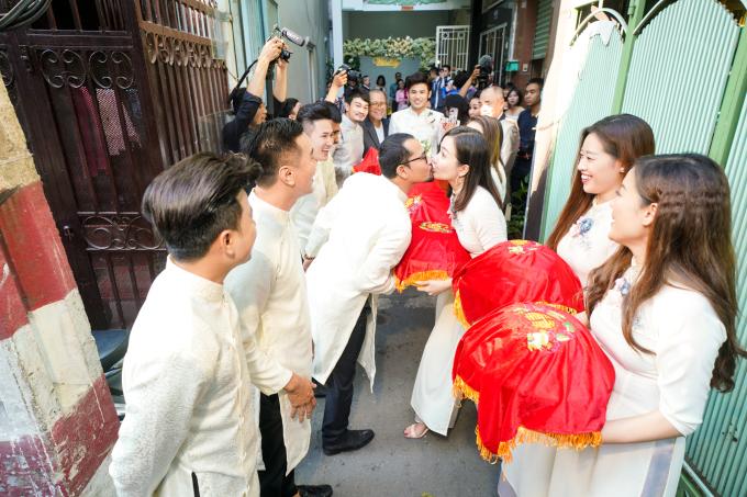 <p> Vợ chồngHuỳnh Đông - Ái Châu còn tranh thủ trao nhau nụ hôn ngọt ngào trong lễ rước dâu của đồng nghiệp.</p>