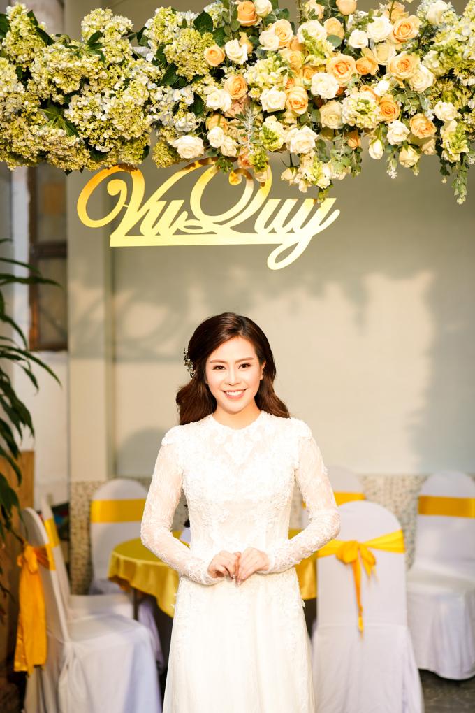 <p> Áo dài cưới của Vũ Ngọc Ánh được NTK Minh Châu thực hiện riêng theo phong cách hoàng gia với cấu trúc ren kết hợp cùng phần cổ tròn tạo nên sự thanh lịch.</p>