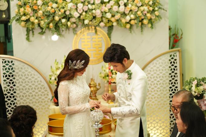 <p> Cả hai trao nhẫn ước hẹn cho nhau trước sự chứng kiến của nhiều người thân, họ hàng hai bên.</p>