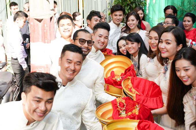 """<p> <a href=""""https://ione.net/photo/viet-nam/vu-ngoc-anh-rang-ngoi-ben-anh-tai-trong-le-ruoc-dau-3883107.html"""">Lễ rước dâu</a> của cặp diễn viên Vũ Ngọc Ánh - Anh Tài diễn ra tại tư gia của nhà gái ở quận Tân Bình, TP HCM sáng 19/2.Buổi lễ rước dâu có sự góp mặt của nhiều người thân, bạn bè cặp đôi trong showbiz Việt.</p>"""