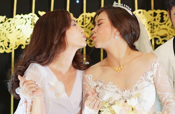 Ngọc Lan - Vũ Ngọc Ánh tạo dáng nhắng nhít với điệu bộ chu môi dễ thương.