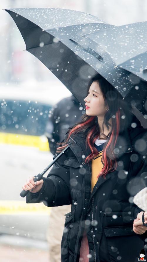 Nổi tiếng nhất trong loạt ảnh về chủ đề này chính là các cô nàng Twice. Dướicơn mưa tuyết đầu mùa của Seoul vào tháng 11/2016, 9 cô nàng đã trở thành những thiên thần tuyếtkhi nhóm tổ chức buổi fanmeeting bên ngoài tòa nhà MBC. Trong ảnh, Sana đứng thẫn thờ ngắm tuyết rơi, xinh đẹp như nữ tính phim ngôn tình.