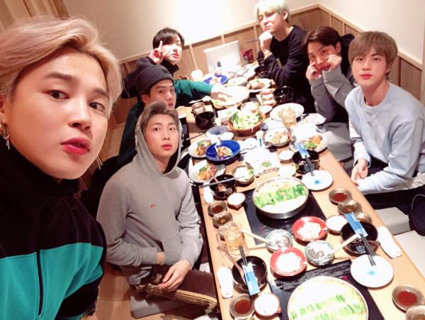 7 chàng trai BTS tụ tập ăn uống tưng bừng nhân ngày sinh nhật J-Hope.