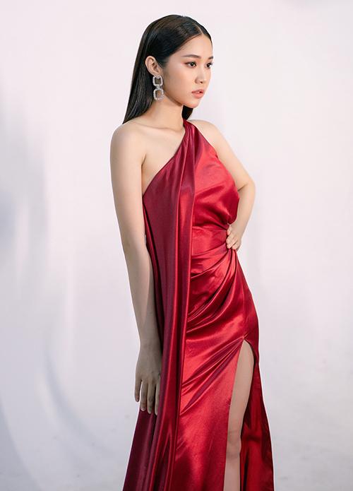 Quỳnh Hương được mệnh danh là Ngọc Trinh thứ hai, cũng là học trò cưng gần đây của Vũ Khắc Tiệp, sẽ tham gia biểu diễn.