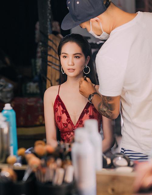 Chuẩn bị cho show Đêm hội chân dài lần thứ 12 sắp diễn ra tại Singapore, Ngọc Trinh và dàn người mẫu vừa có buổi chụp hình và ghi hình quảng bá.