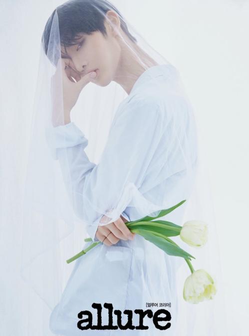 Cùng xuất hiện trên Allure số tháng 3 nhưng concept của Bae Jin Young lại khác biệt hoàn toàn so với Ha Sung Woon. Anh chàng