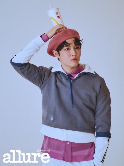 Một cựu thành viên Wanna One khác là Kim Jae Hwan cũngxuất hiện trên Allure số tháng 3.