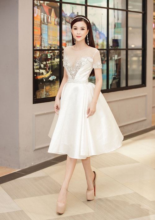 Trong một hình ảnh gần đây, Sam diện váy như công chúa, kết hợpđôi giày gót cao gần 20 cm. Điều đáng chú ý là đôi giày rộng hơn bàn chân của cô nàng 1 size, thấy rõ độ rộng khi người đẹp bước đi.