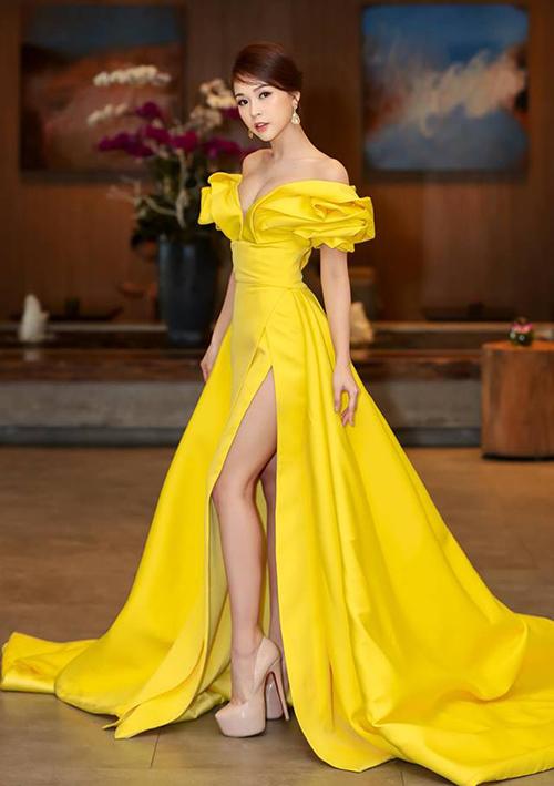 Không có chiều cao quá lý tưởng mà lại thường xuyên diện váy dài, giày 15-20 cm được xem là người bạn thân của Sam.