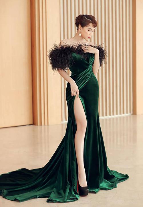 Cô nàng sắm khá nhiều mẫu giày cao gót cơ bản màu đen và nudecủa Christian Louboutin để tăng chiều cao.