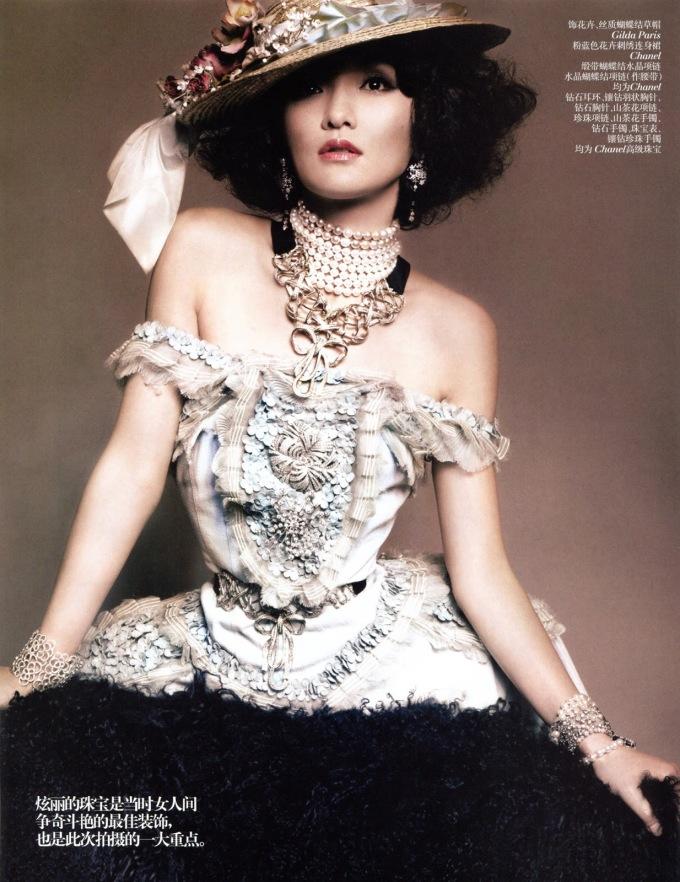 """<p> Trong những năm hợp tác với Châu Tấn, Chanel rất cẩn trọng tìm hiểu về các giá trị, nét cuốn hút của đại hoa đán, khẳng định được rằng cô hoàn toàn phù hợp với hình ảnh của thương hiệu. Kế hoạch xây dựng hình ảnh lâu dài đối với Châu Tấn cũng """"hái"""" được nhiều thành quả mỹ mãn, lượng tiêu thụ tăng vọt, độ phủ sóng của Chanel tới làng giải trí Hoa ngữ cũng trở nên mạnh mẽ nhờ đại hoa đán.</p>"""