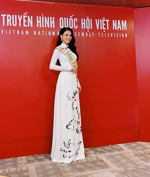 Phương Khánh thướt tha trong bộ áo dài trắng đi quay hình phỏng vấn.