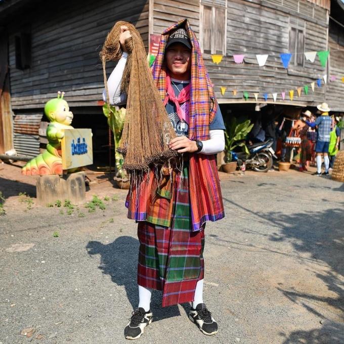 <p> Xuân Trường mặc trang phục địa phương, tham gia hết mình các hoạt động.Đây là chuỗi hoạt động của Buriram, giúp các cầu thủ mới và cũ xích lại gần nhau hơn. Các tân binh khác tại đây cũng thường tham gia những sự kiện như thế này.</p>