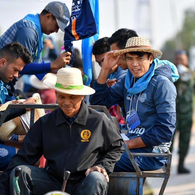 <p> Các cầu thủ không di chuyển tới làng Ban Sanuan bằng những chiếc xe sang trọng mà đi trên những chiếc xe của những người nông dân tại đây.</p>